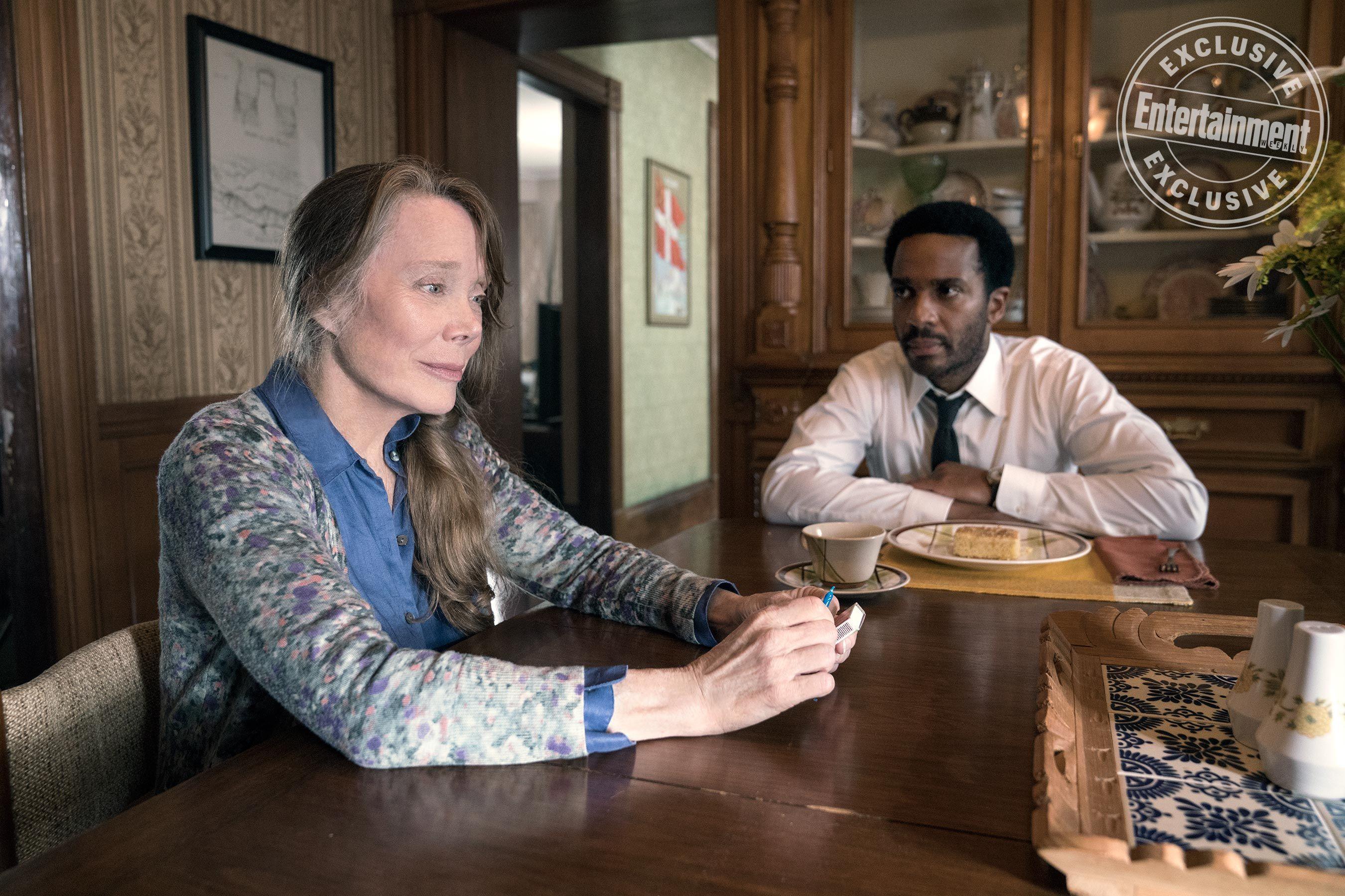 Castle Rock: Sissy Spacek e Andre Holland in una scena della serie tv