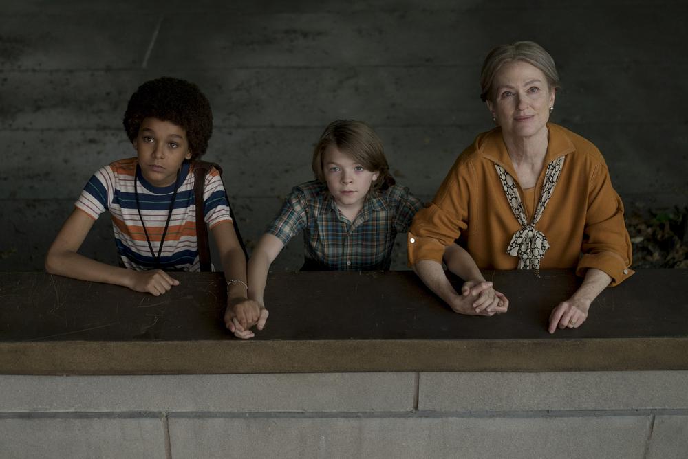 La stanza delle meraviglie: Julianne Moore, Jaden Michael e Oakes Fegley in una scena del film