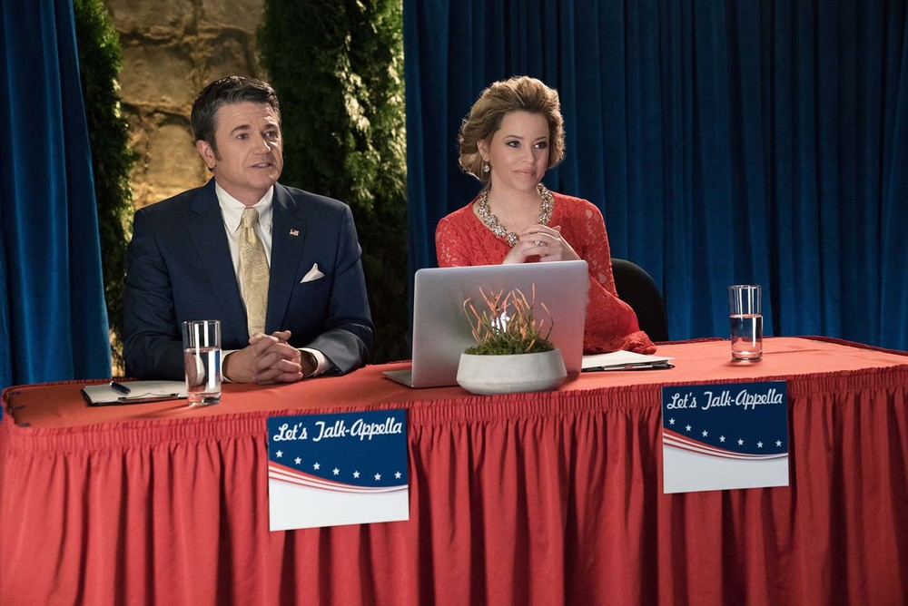Pitch Perfect 3: Elizabeth Banks e John Michael Higgins in una scena del film