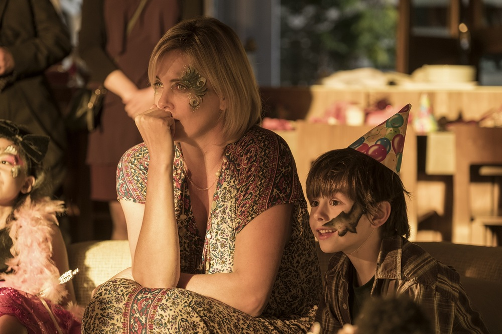 Tully: Charlize Theron e Asher Miles Fallica in un'immagine tratta dal film