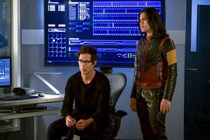 The Flash: Carlos Valdes e Tom Cavanagh in una scena dell'episodio We Are the Flash