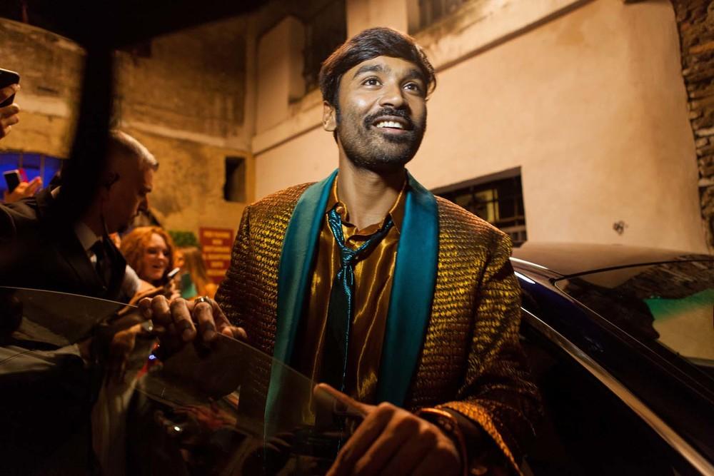 L'incredibile viaggio del fachiro: Dhanush in una scena del film