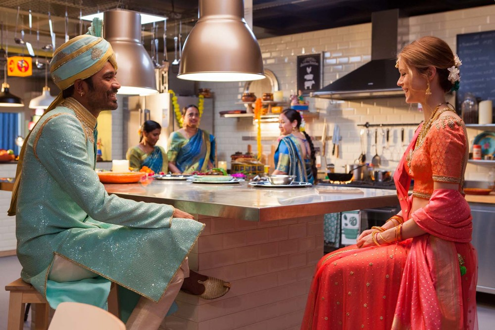 L'incredibile viaggio del fachiro: Erin Moriarty e Dhanush in una scena del film