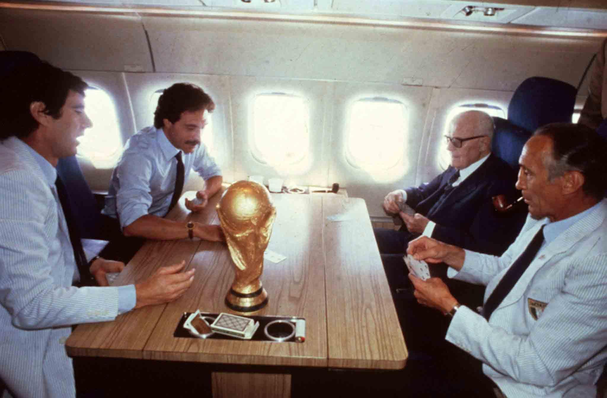 Pertini con Causio, Zoff e Bearzot sull'aereo presidenziale (1982)