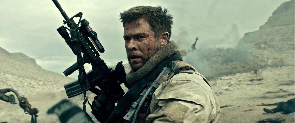 12 Soldiers: Chris Hemsworth in una scena bellica