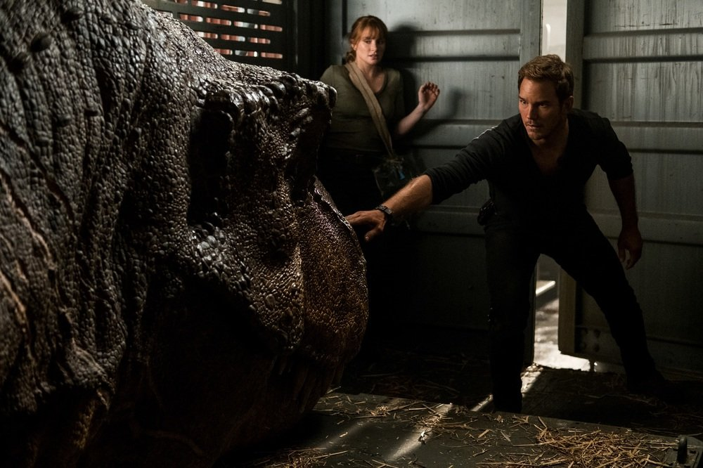 Jurassic World - Il regno distrutto: Bryce Dallas Howard e Chris Pratt in un momento del film