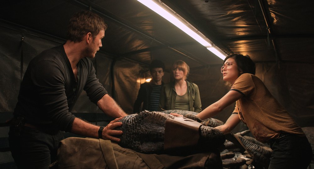 Jurassic World - Il regno distrutto: Bryce Dallas Howard, Chris Pratt, Daniella Pineda e Justice Smith in una scena del film