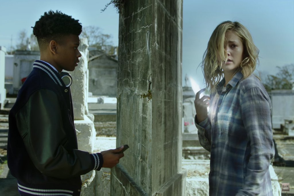 Cloak & Dagger: Olivia Holt con Aubrey Joseph in una scena