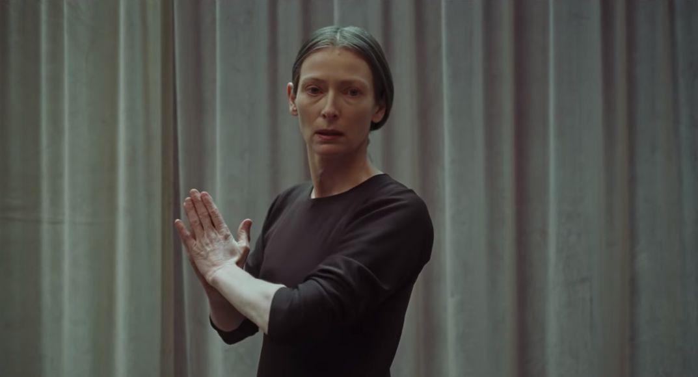 Tilda Swinton è Madame Blanche in Suspiria (2018) immagine dal trailer