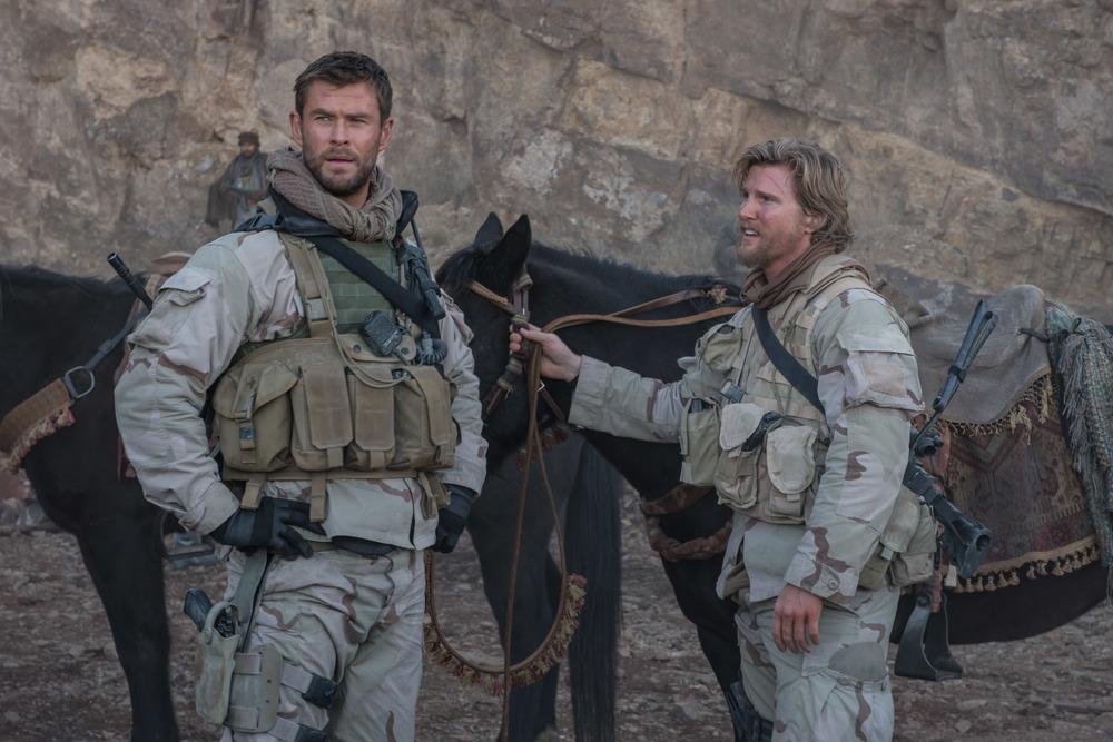 12 Soldiers: Chris Hemsworth e Thad Luckinbill in una scena del film