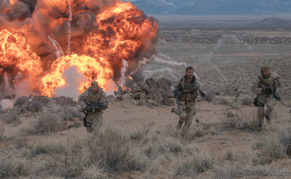 12 Soldiers: Chris Hemsworth, Thad Luckinbill e Geoff Stults in una scena del film