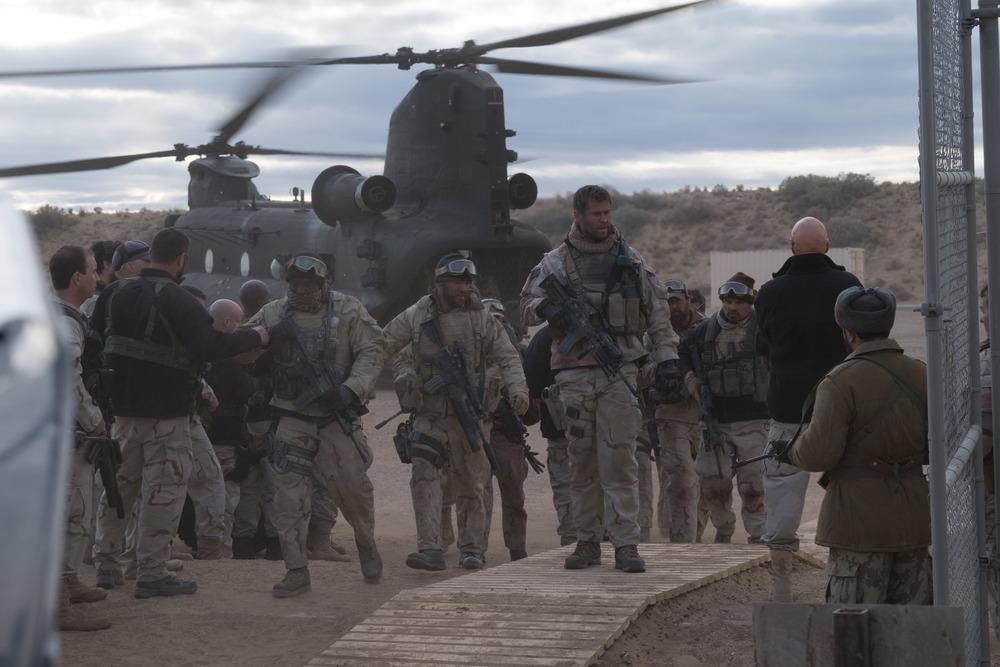 12 Soldiers: Chris Hemsworth, Michael Peña, Trevante Rhodes e Austin Hébert in una scena del film