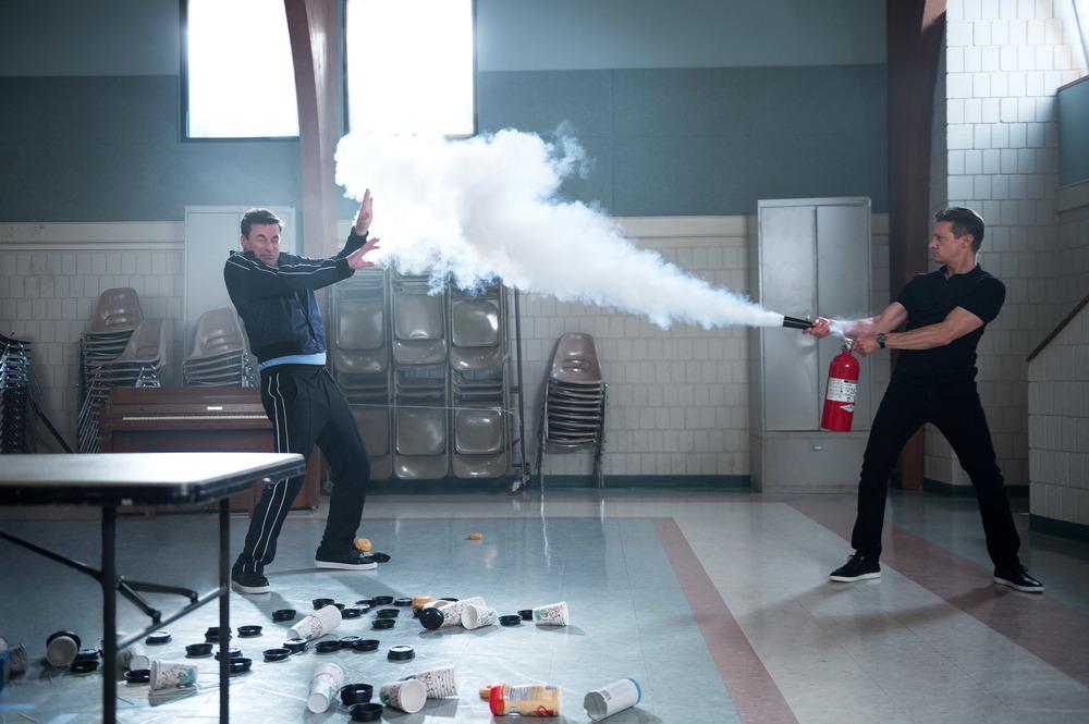 Prendimi!: Jeremy Renner e Jon Hamm in una scena del film