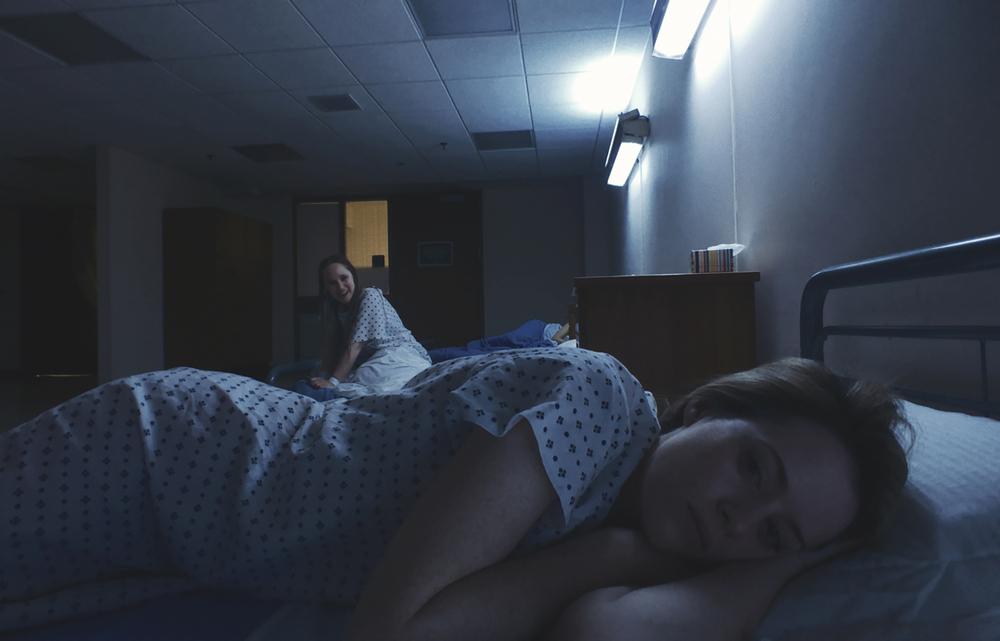 Unsane: Claire Foy e Juno Temple in una scena del film