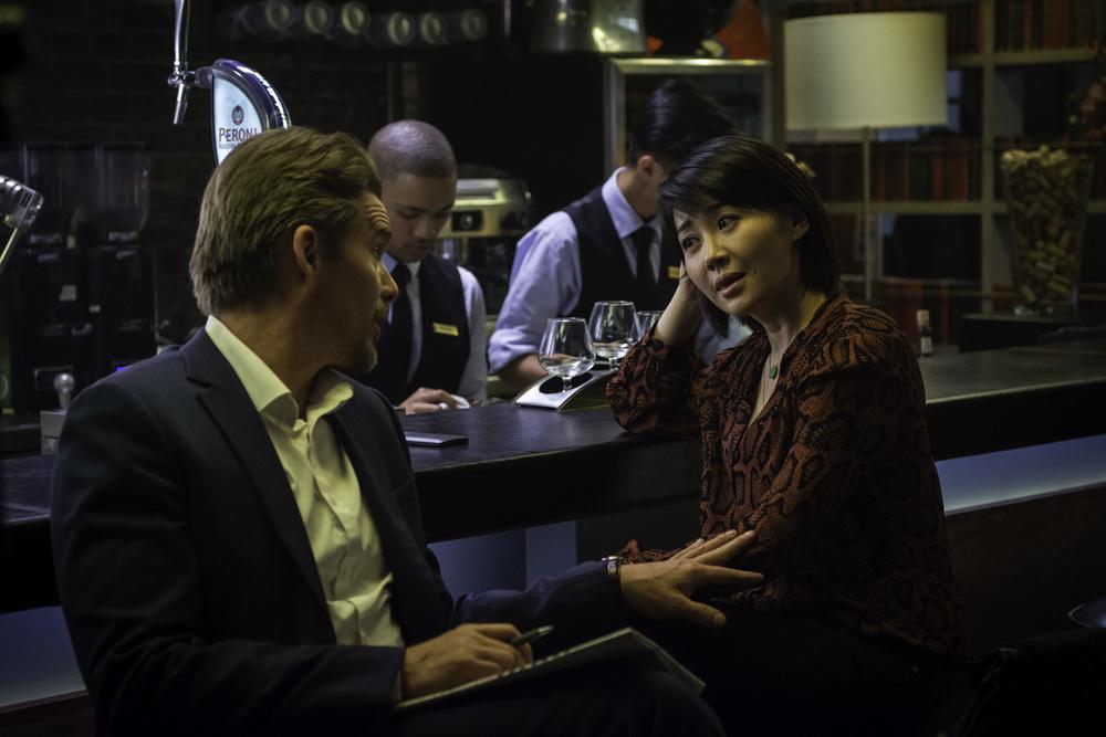 Le ultime 24 ore: Ethan Hawke e Qing Xu in una scena del film