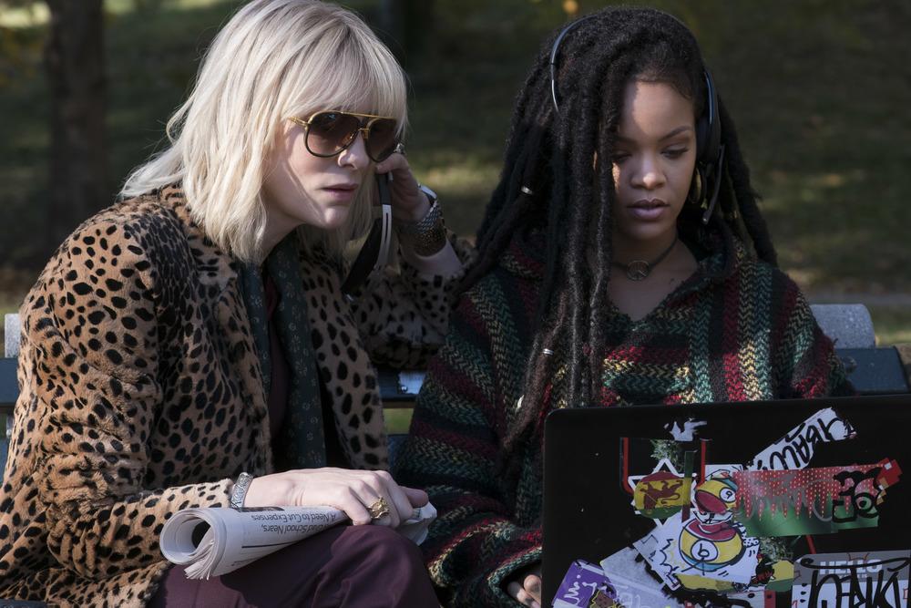 Ocean's 8: Cate Blanchett e Rihanna in una scena del film