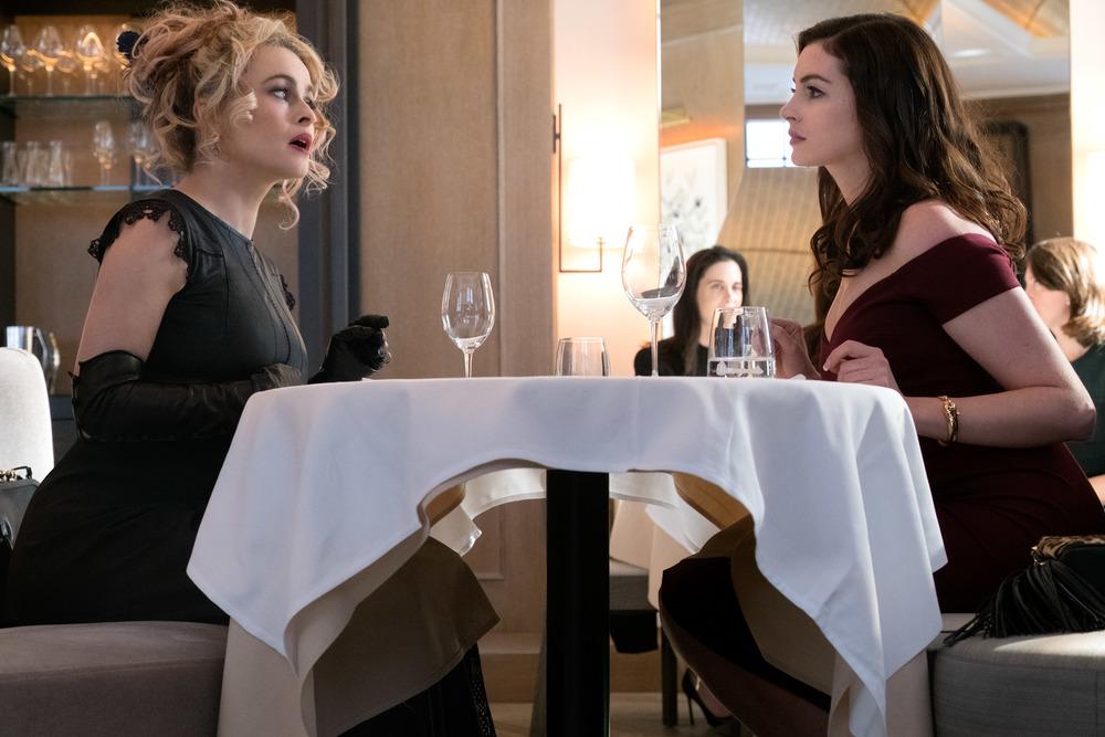 Ocean's 8: Helena Bonham Carter e Anne Hathaway in una scena del film
