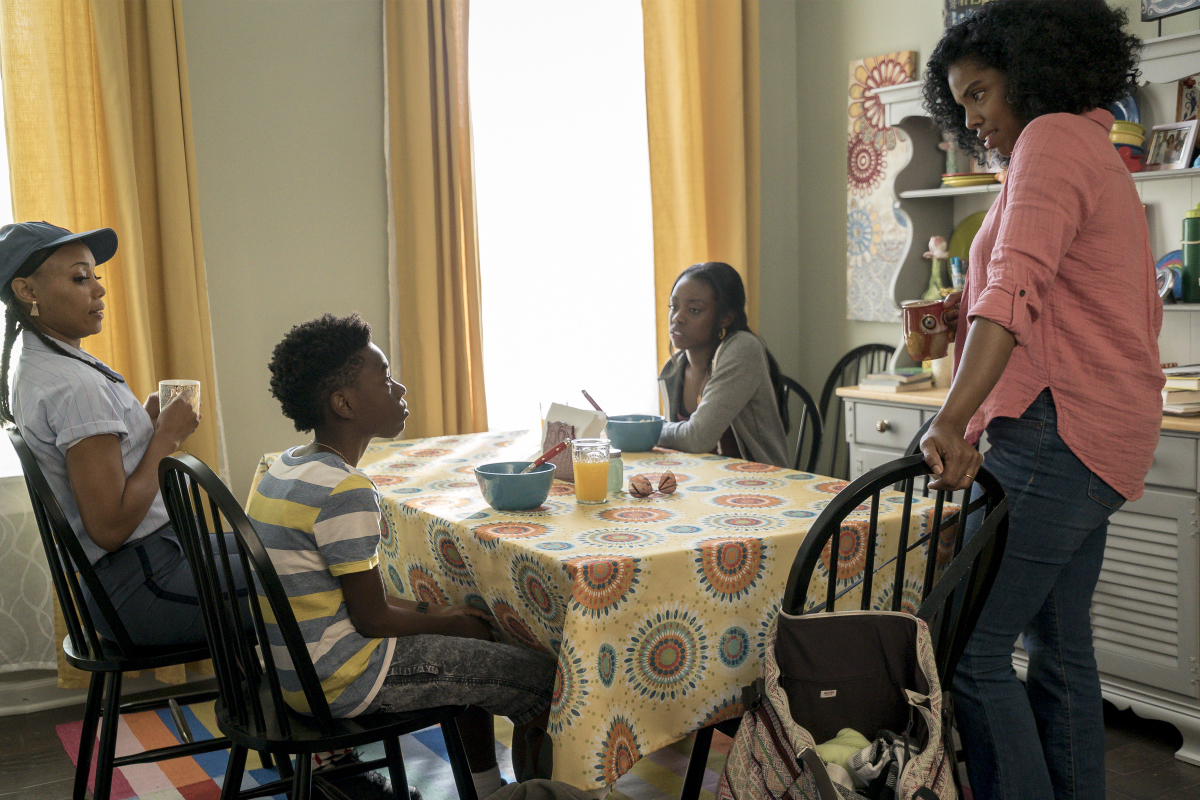 The Chi: Tyla Abercrumbie, Alex R. Hibbert, Birgundi Baker in una scena dell'episodio Ghosts