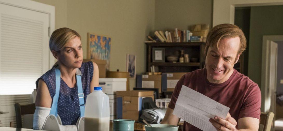 Better Call Saul: Rhea Seehorn e Bob Odenkirk in una scena della quarta stagione