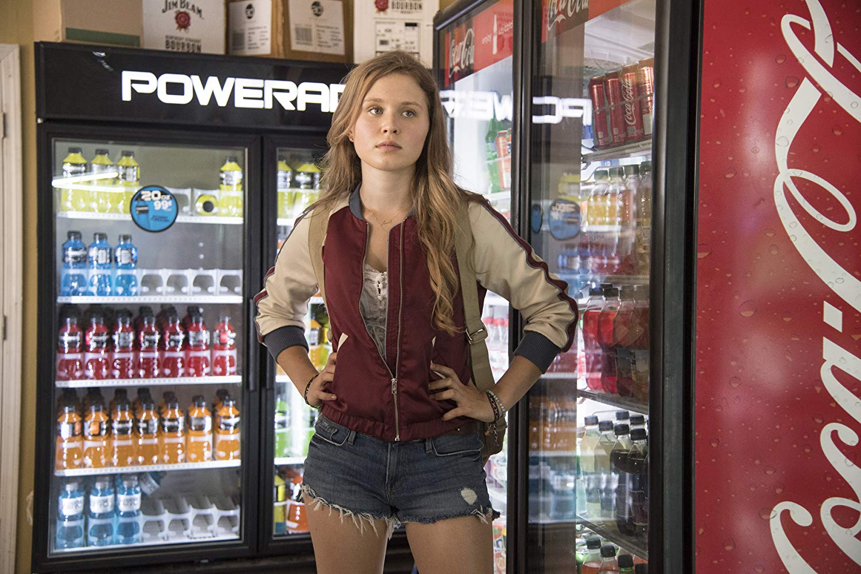 Sharp Objects: Eliza Scanlen in una scena dell'episodio Dirt