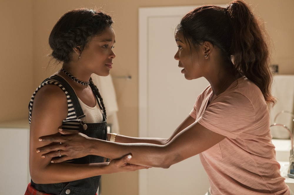 Breaking In: Gabrielle Union e Ajiona Alexus in una scena del film