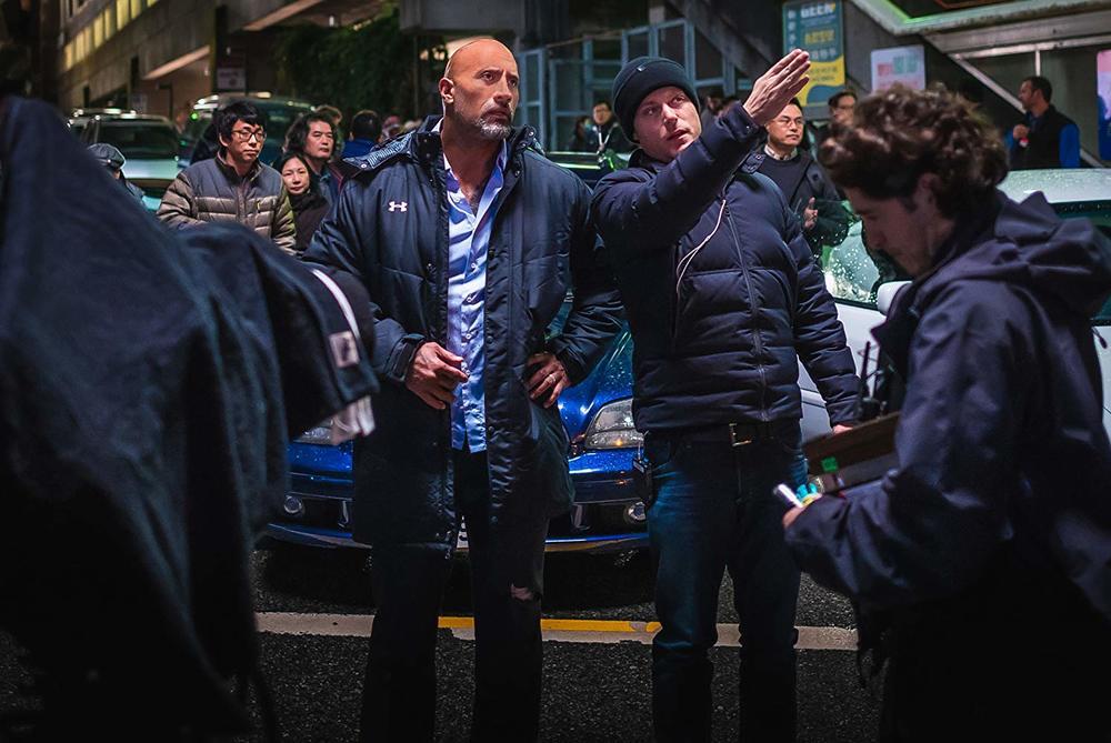 Skyscraper: Dwayne Johnson e il regista Rawson Marshall Thurber in una scena del film