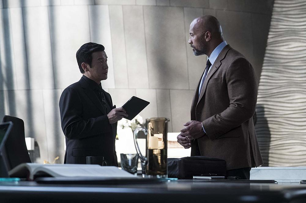 Skyscraper: Dwayne Johnson e Chin Han in una scena del film