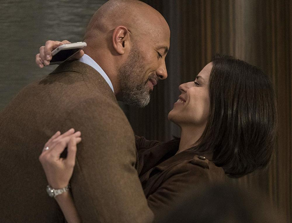 Skyscraper: Dwayne Johnson e Neve Campbell in una scena del film