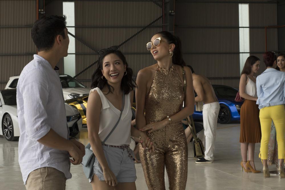 Crazy & Rich: Sonoya Mizuno e Constance Wu in una scena del film