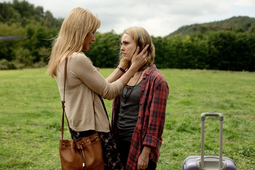 Dark Hall: Kirsty MItchell e Annasophia Robb in un'immagine del film