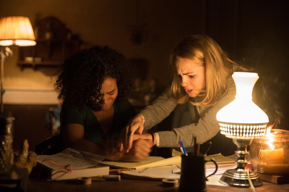 Dark Hall: Taylor Russell e Annasophia Robb in un'immagine del film
