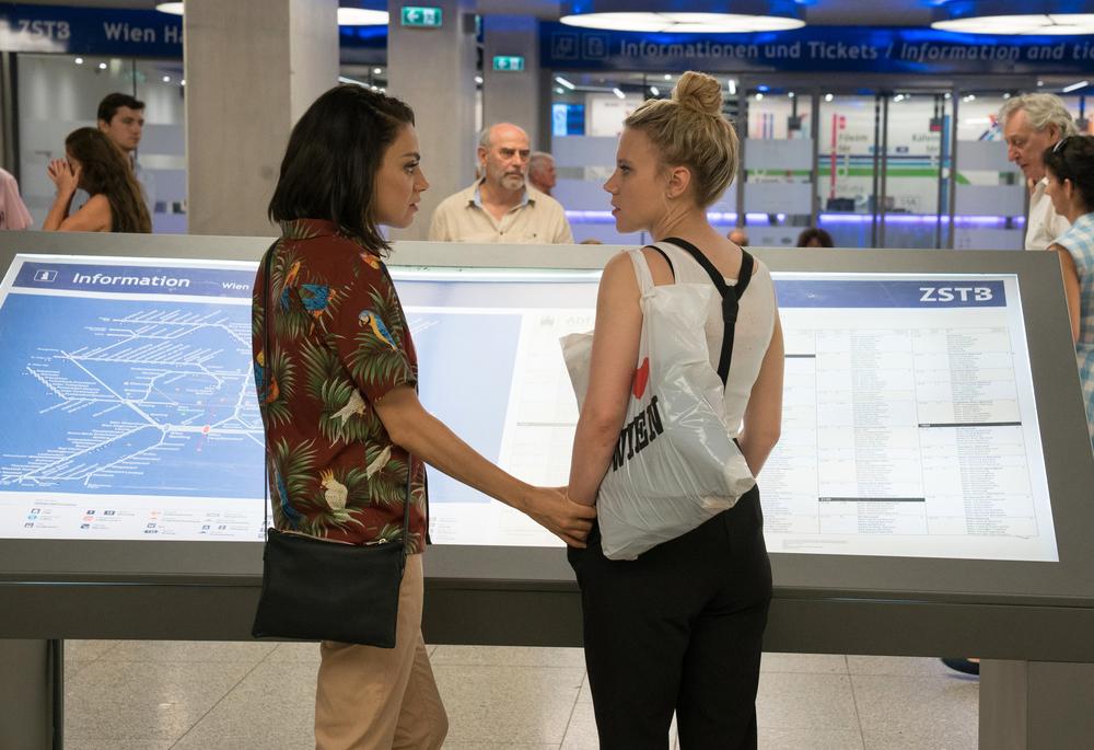 Il tuo ex non muore mai: Mila Kunis e Kate McKinnon in un momento del film