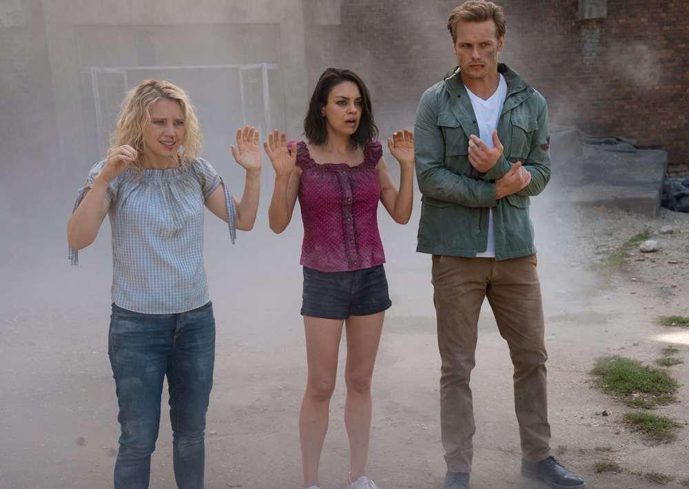 Il tuo ex non muore mai: Mila Kunis, Kate McKinnon e Sam Heughan in una scena del film