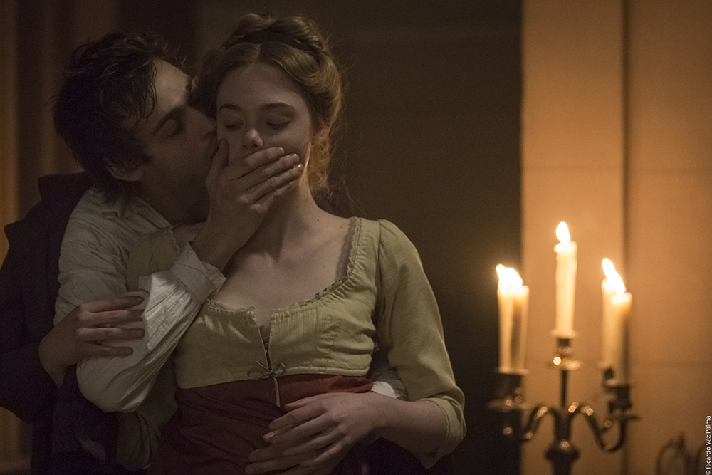 Mary Shelley - Un amore intramontabile: Elle Fanning e Douglas Booth in una scena del film