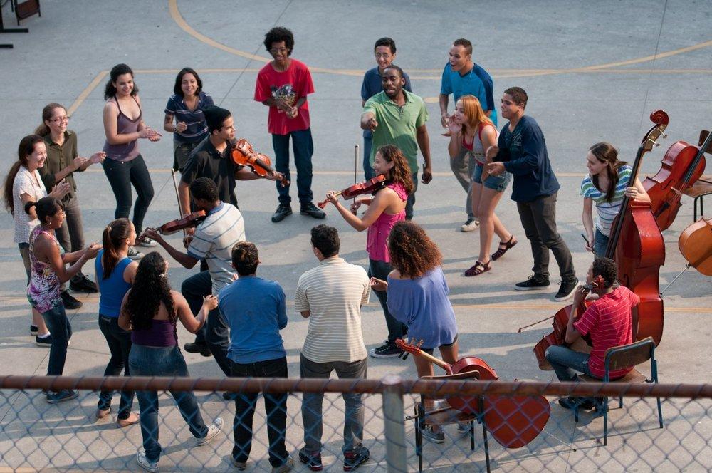 Il maestro di violino: una scena di gruppo del film