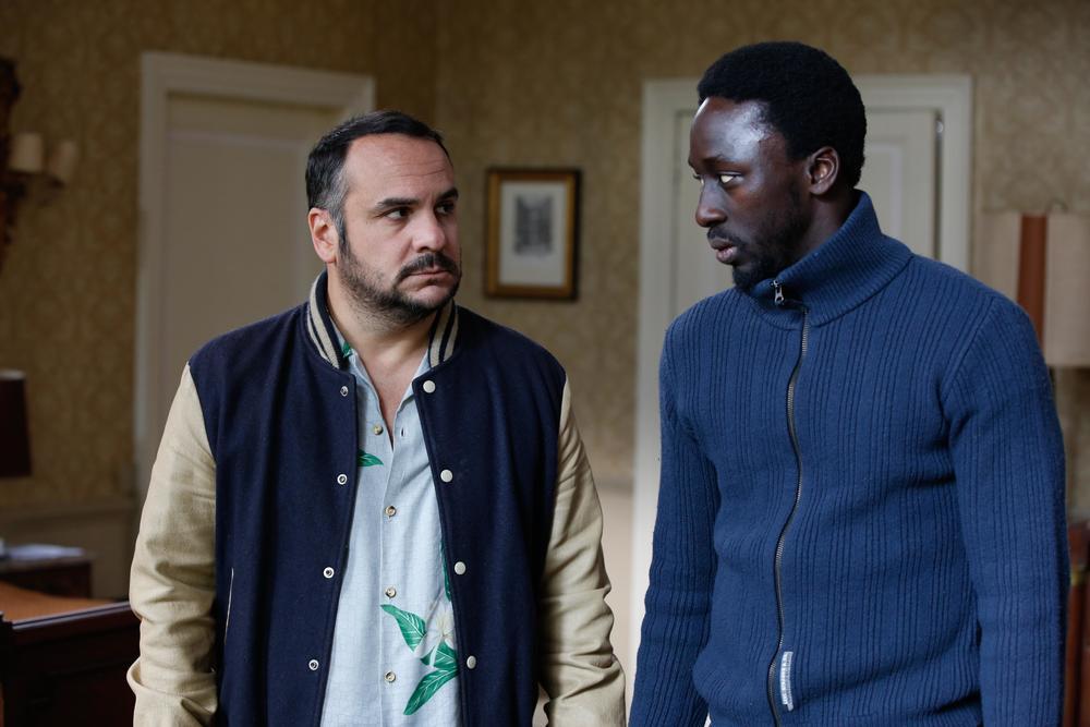 Come ho incontrato mio padre: François-Xavier Demaison e Dioucounda Koma in una scena del film