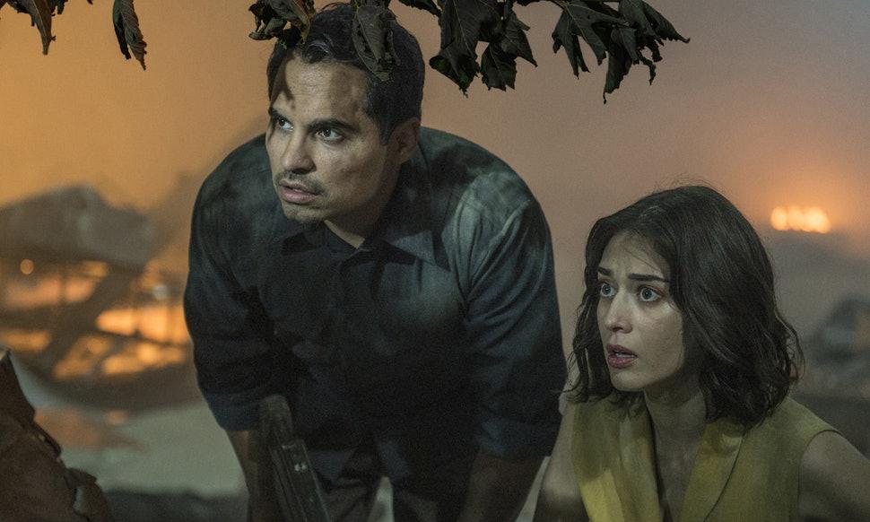 Extinction: un'immagine del film con Michael Peña