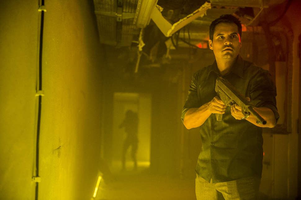 Extinction: una foto di scena con Michael Peña