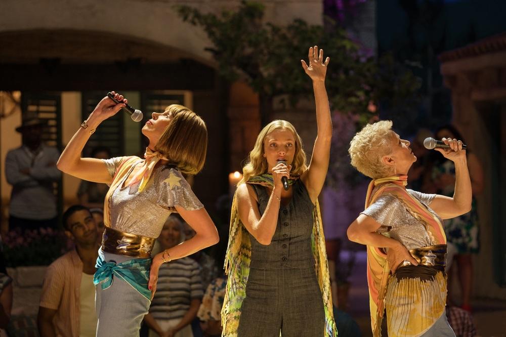 Mamma Mia! Ci risiamo: Christine Baranski, Julie Walters e Amanda Seyfried in una scena del film