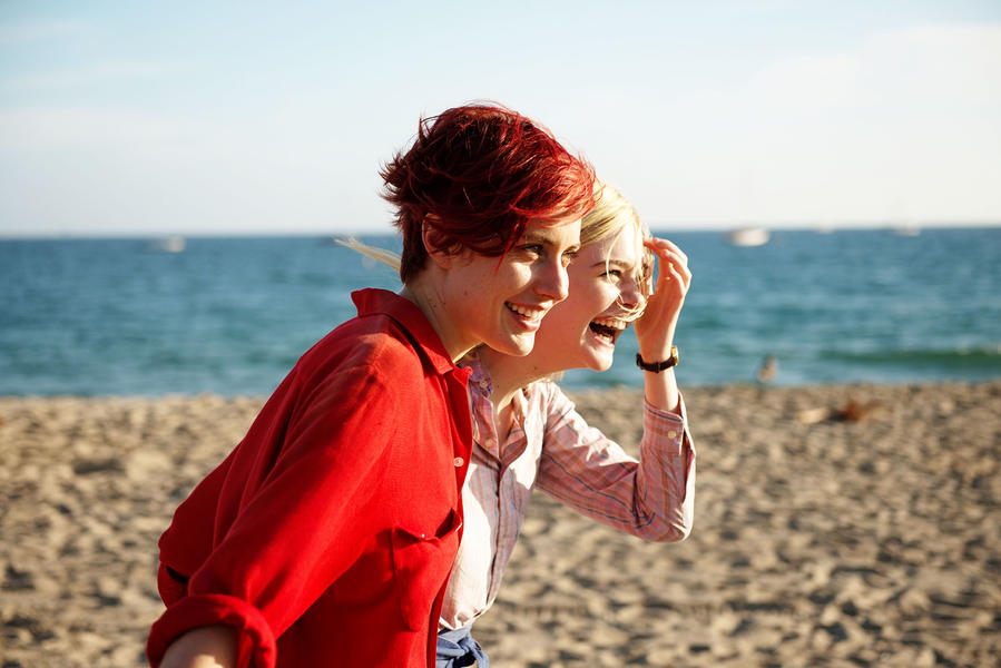 Un'immagine di Greta Gerwig ed Elle Fanning