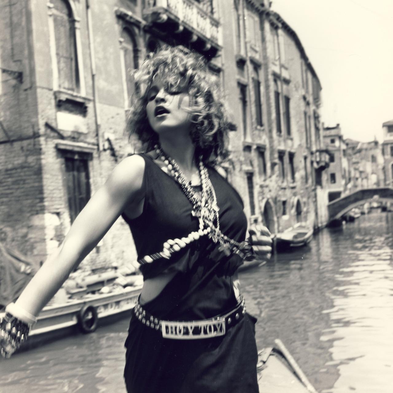 Madonna nel video di Like a Virgin