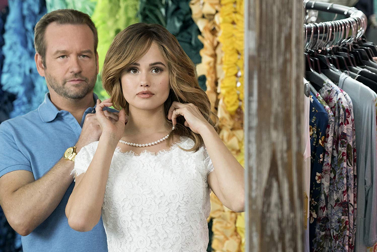 Insatiable: Debby Ryan e Dallas Roberts in una scena della serie
