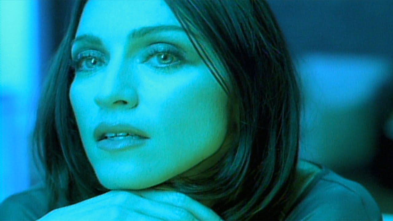 Madonna nel video The POwer of GOodbye