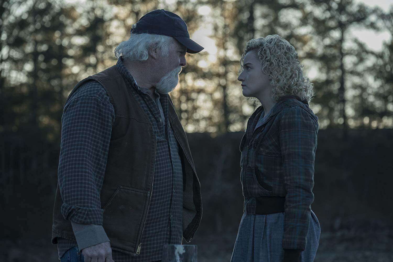 Ozark: M.C. Gainey and Julia Garner in una scena della seconda stagione