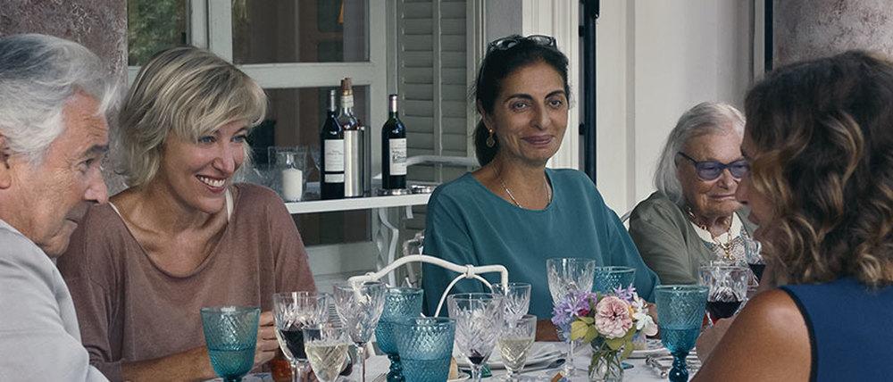 I villeggianti: Valeria Bruni Tedeschi in una scena di gruppo del film