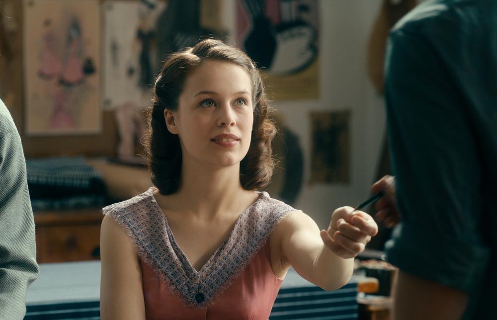 Opera senza autore: Paula Beer in una scena del film