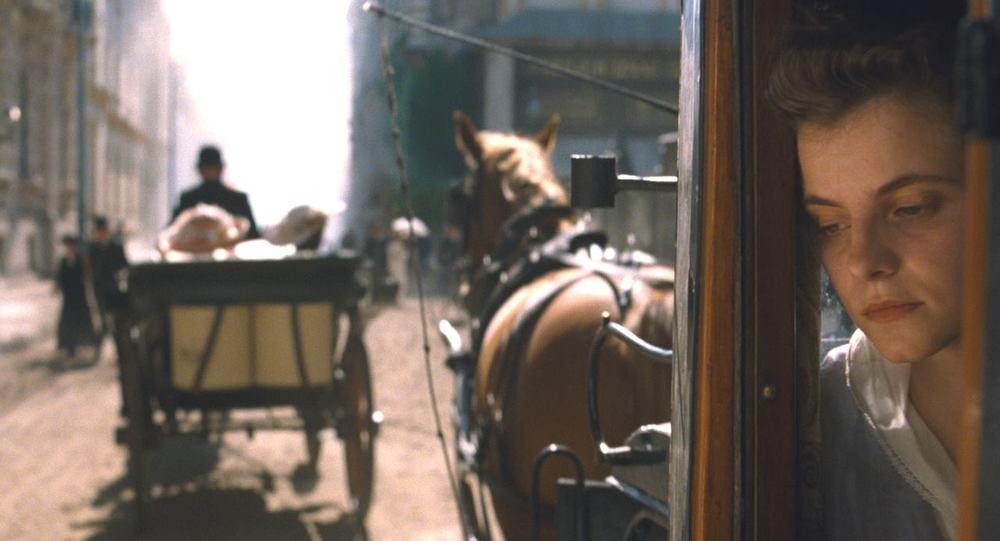 Sunset: Juli Jakab in un'immagine tratta dal film