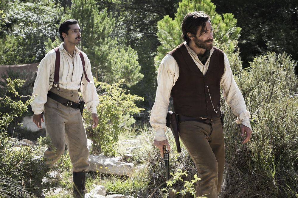 The Sisters Brothers: Jake Gyllenhaal e Riz Ahmed in una scena del film