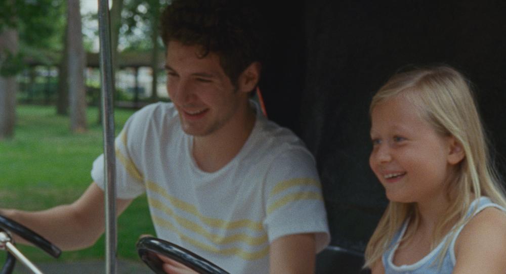 Amanda: Isaure Multrier e Vincent Lacoste in una scena del film