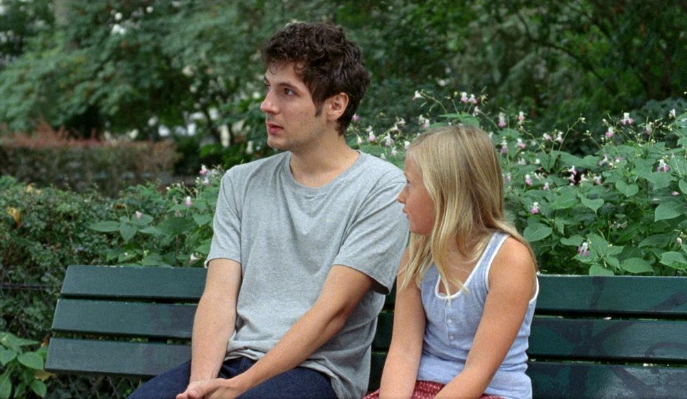 Amanda: Isaure Multrier e Vincent Lacoste in un momento del film